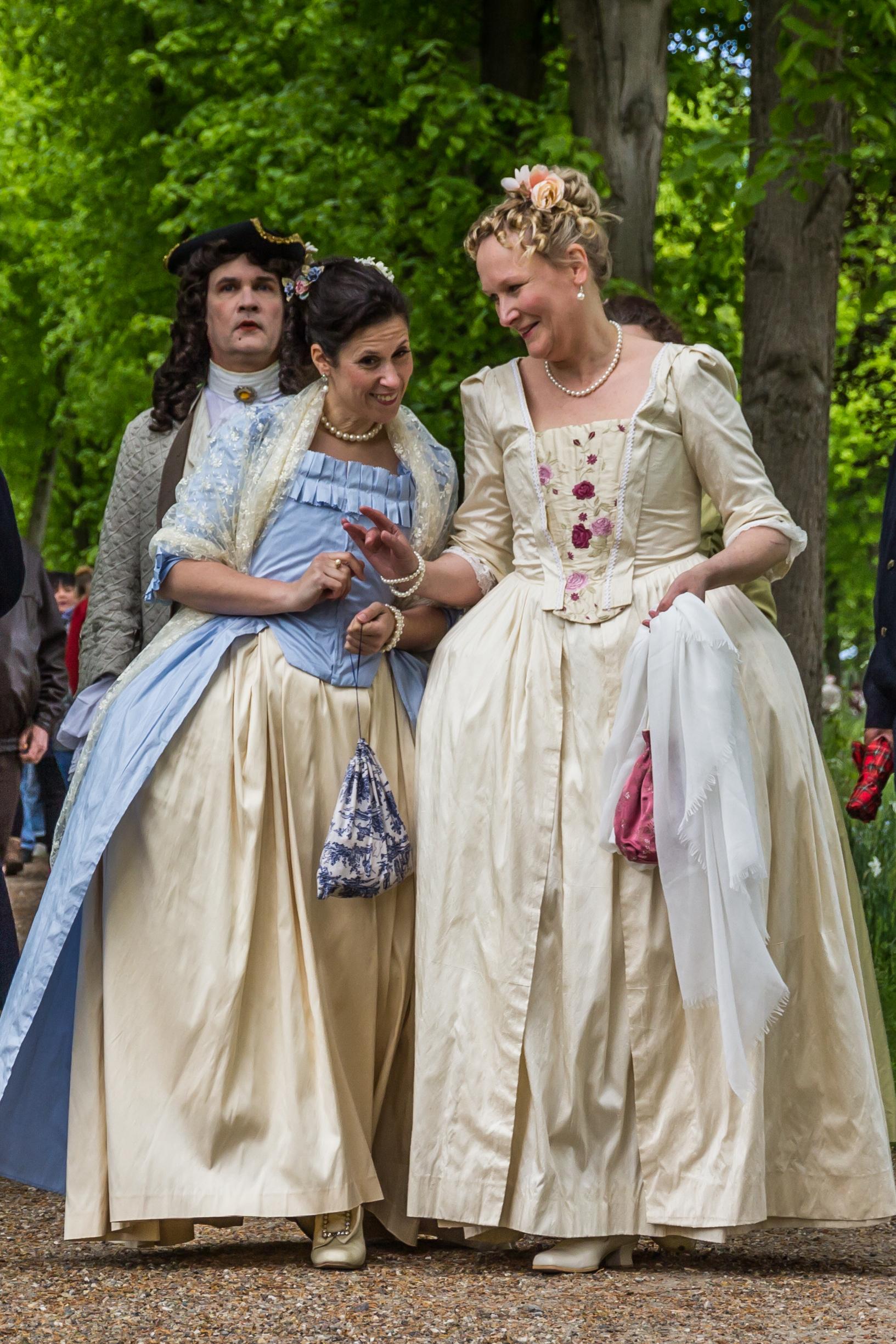 Barocke Damen wandeln durch den Schlosspark Bothmer. © SSGK M-V, Helmut Strauss